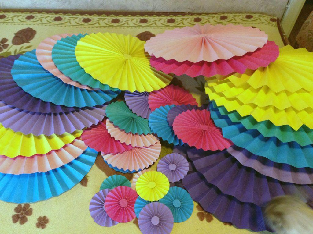 Веер из разноцветной бумаги