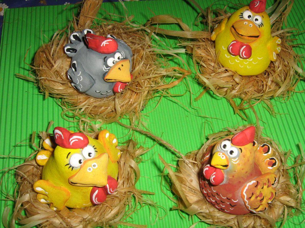 Курицы в гнездах на фото