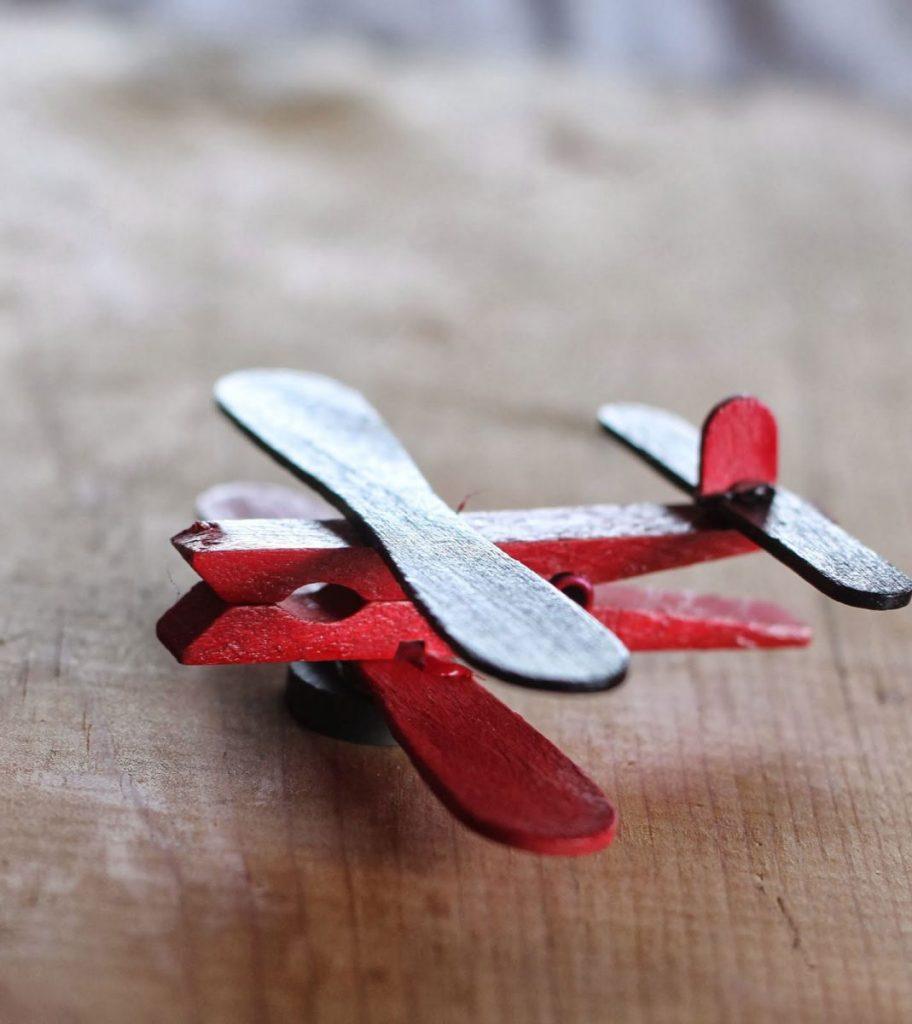 Самолет из прищепки поделка