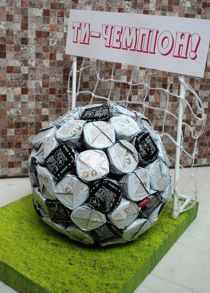 Футбольный мяч из конфет
