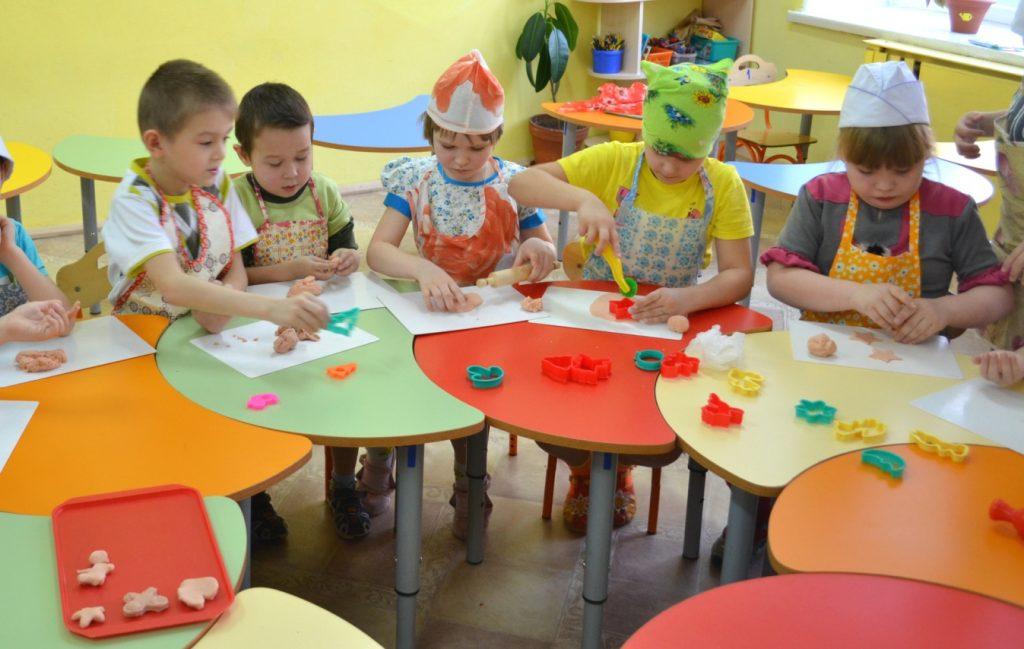 Дети занимаются с соленым тестом