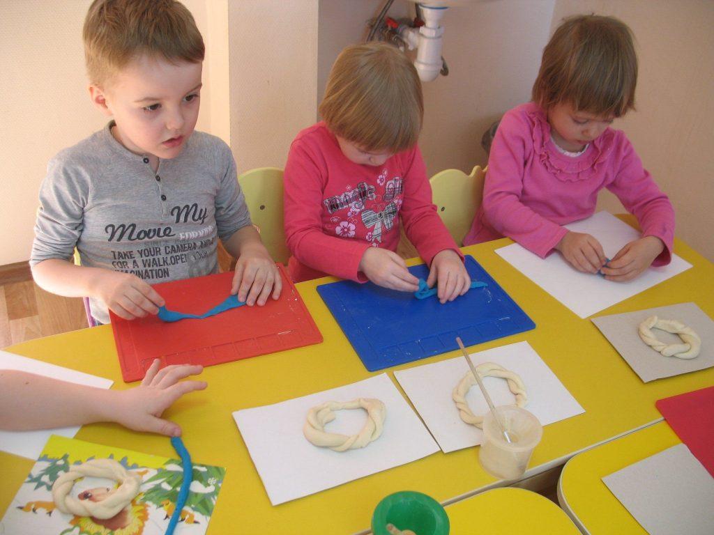 Дети занимаются с соленым тестом в садике