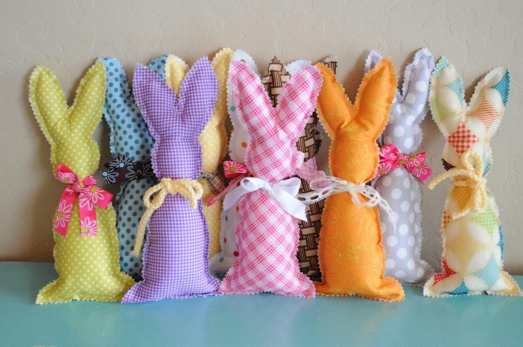 Разноцветные зайцы из ткани