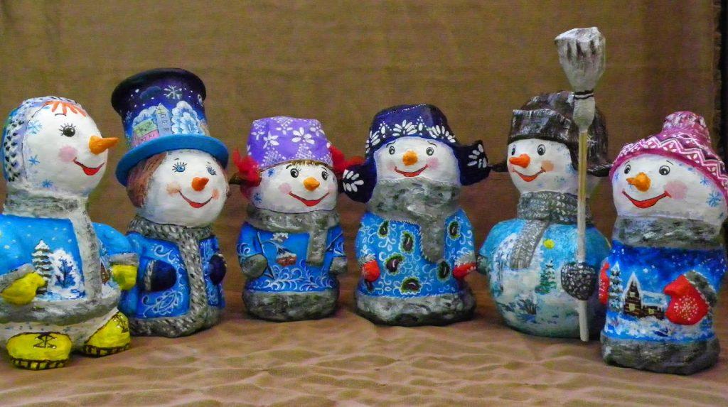 Фигуры снеговиков из папье маше