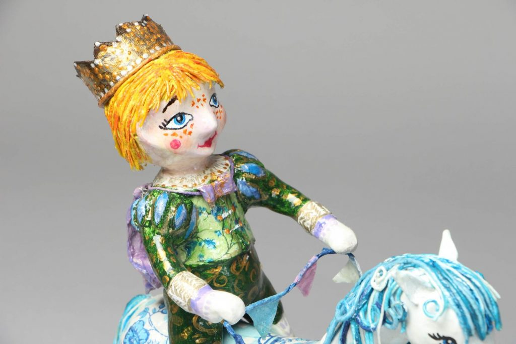 Фигура королевы из папье маше