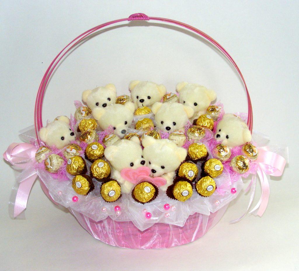 Корзина с конфетами и мишкой
