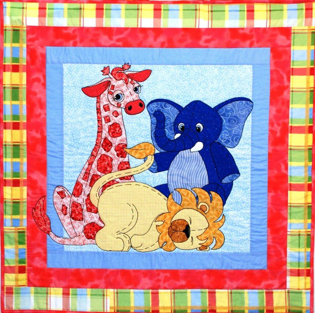 Картина с животными из лоскутов ткани