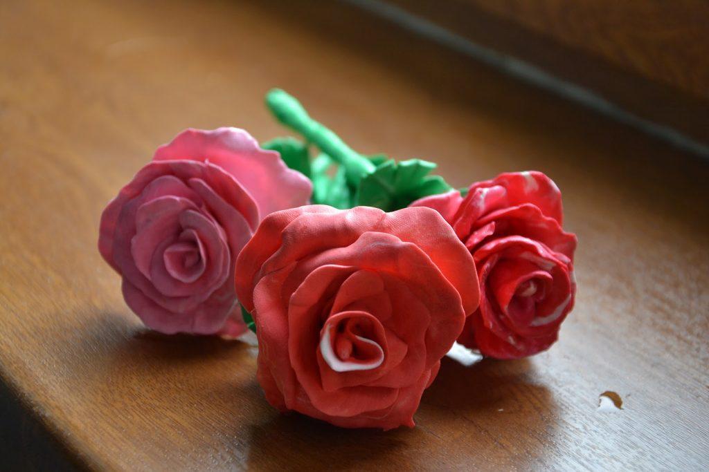 Розы из пластилина поделка