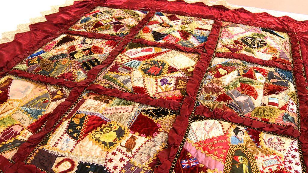 Одеяло из кусков тканей