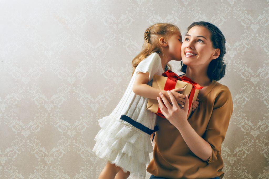 Подарок и поцелуй от доченьки