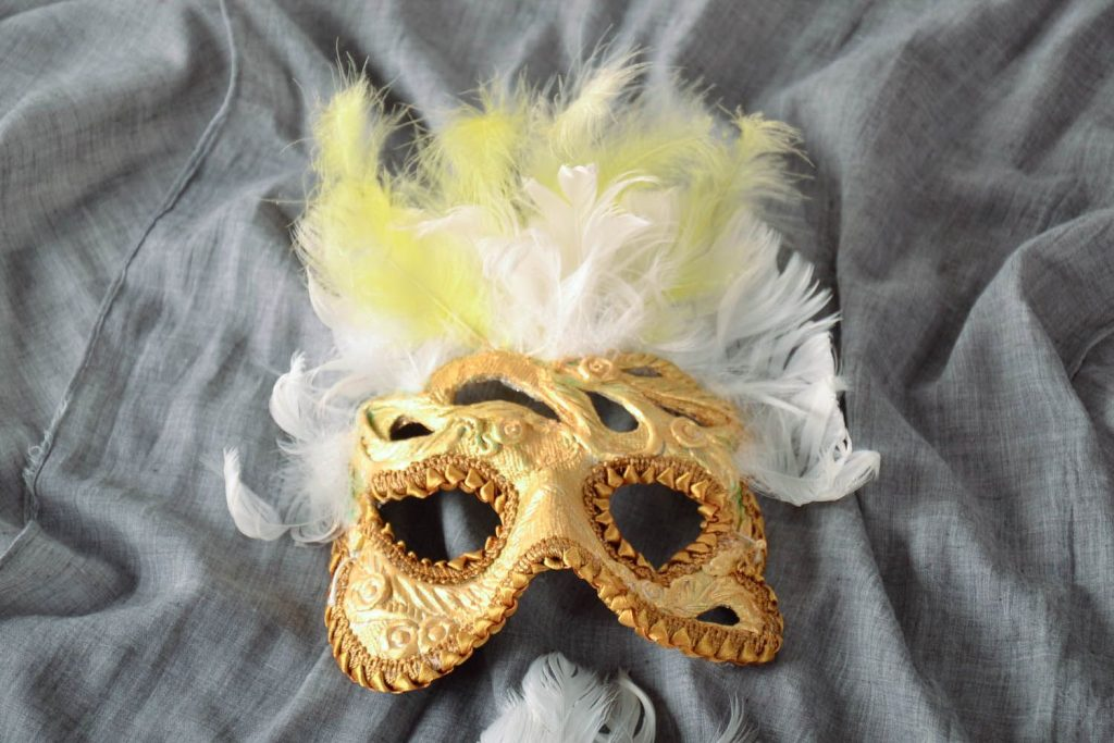 Женственная маска папье маше