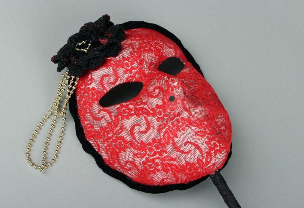 Красная маска папье маше