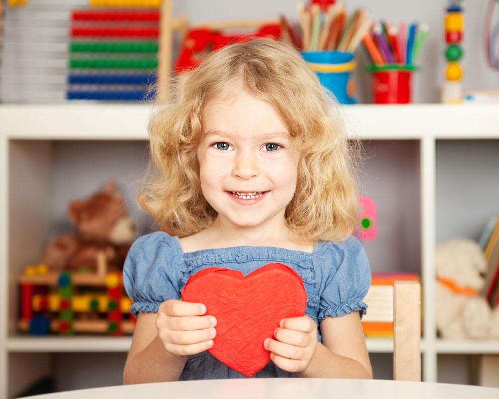 Девочка с сердцем в руках