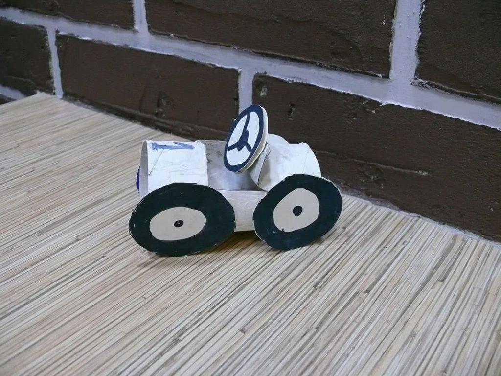 Машинка из туалетной бумаги