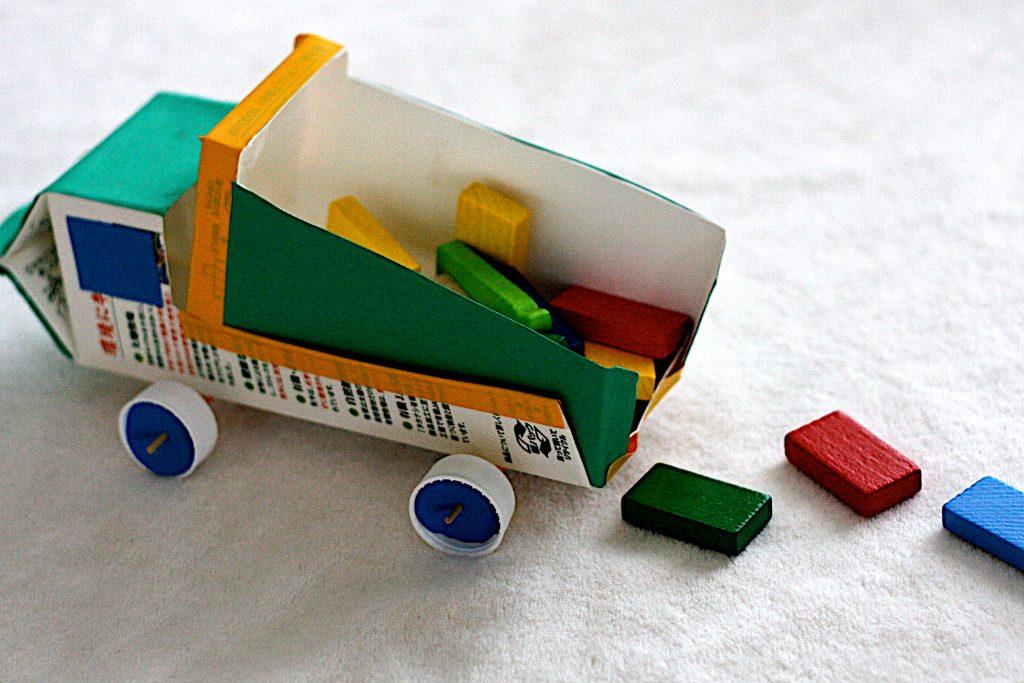 Картонная машинка с прицепом