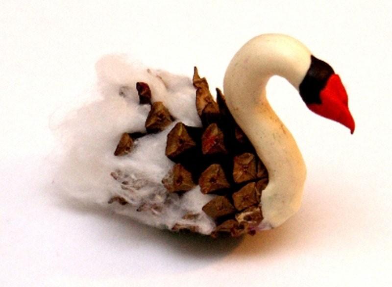 Лебедь из шишки ваты и пластилина