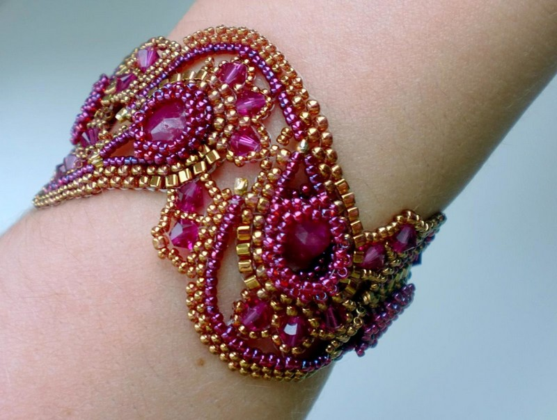Фиолетовый браслет из бисера
