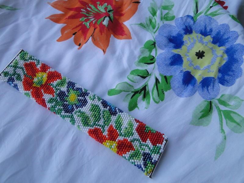 красивый браслет из бисера с цветами