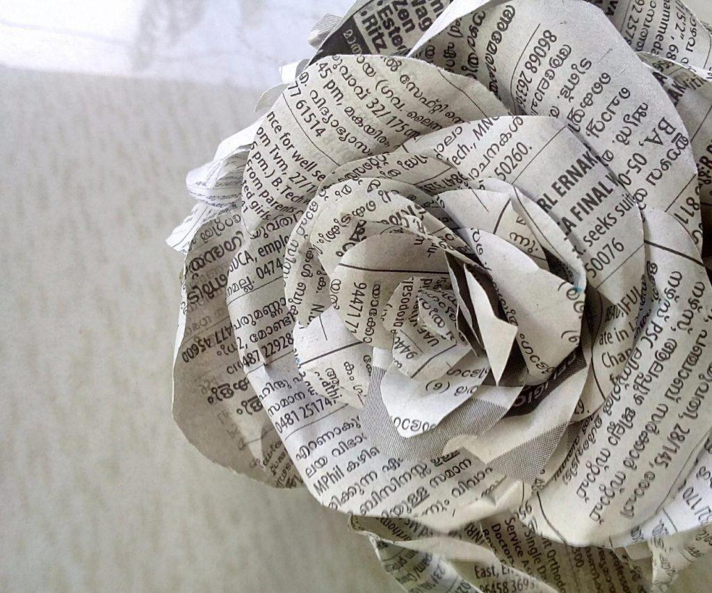 Фото поделки розы из газеты