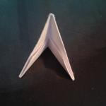 И складываем пополам. | Оригинал: http://svoimi-rukami-club.ru/модульное-оригами-лебедь-из-модулей/