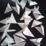 По такой схеме, мы получаем треугольный модуль. Каждый ряд будет состоять из 30 модулей. Поэтому заготавливаем заранее нужное количество треугольников. | Оригинал: http://svoimi-rukami-club.ru/модульное-оригами-лебедь-из-модулей/