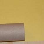 Оборачиваем втулку бумагой и обрезаем, затем приклеиваем.