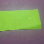 Для этого берем небольшой прямоугольный кусочек бумаги (ориентируясь на параметры елки), сворачиваем в виде конуса и обрезаем края, делая их ровными.