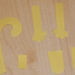Теперь вырезаем из цветной бумаги лапки – 2 передних, 2 задних и хвост.