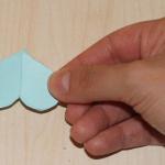 Теперь в трех из четырех цветочков вырезаем серединку. Для этого складываем их три раза, чтобы получился в итоге один лепесток.
