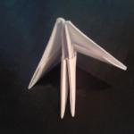 И вставьте углы двух модулей в карманы третьего. | Оригинал: http://svoimi-rukami-club.ru/модульное-оригами-лебедь-из-модулей/