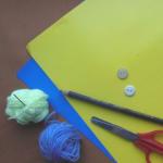 Приготовьте пластиковую бутылку, цветной картон, ножницы, пряжу для вязания (под цвет картона, а точнее – тельца черепашки), иглу для шитья, шариковую ручку и небольшую пуговицу.