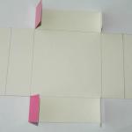 Квадратики по углам вырезаем, прорезая линию дальше как на фото. | Оригинал: http://svoimi-rukami-club.ru/мастер-класс-подарочные-коробки-своими-руками/