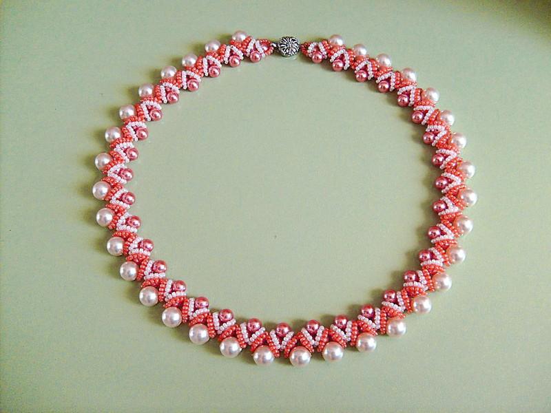 браслет из белых и розовых бусин