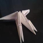 Мы получили первую заготовку. Возьмите еще два модуля и по такому же принципу соедините с первой заготовкой. | Оригинал: http://svoimi-rukami-club.ru/модульное-оригами-лебедь-из-модулей/