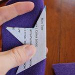 Используя ваши шаблоны, вырежьте две звездообразные формы из войлока. Затем, используя больший из двух звездных шаблонов, вырежьте еще одну слегка более крупную звездообразную форму из войлока. Это будет использоваться для задней части палочки.