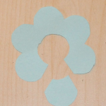 Теперь важный момент – у одного из цветков отрезаем один лепесток.