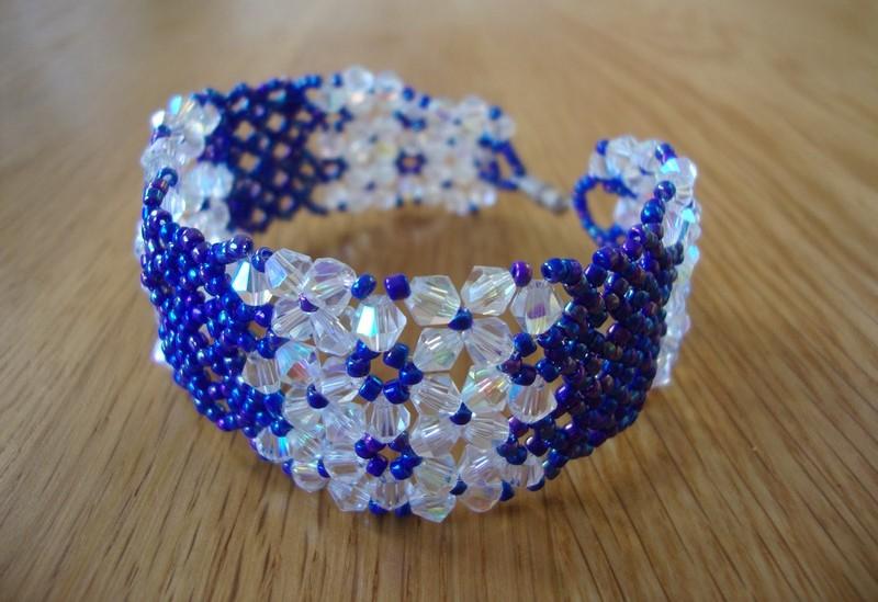 браслет из белых и синих бусин