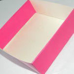Клеим коробочку, согнув противоположные стороны внутрь. | Оригинал: http://svoimi-rukami-club.ru/мастер-класс-подарочные-коробки-своими-руками/