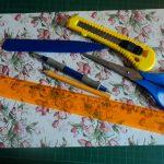Нам понадобятся картон (формат А4), линейка, карандаш, ножницы, концелярский нож, палочка-биговка, и палочка для тиснения.