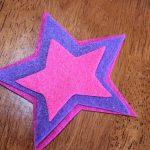 Горячий клей наименьшей звезды на следующую самую большую звезду. Эти 2 части будут перед вашей палочкой.
