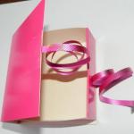Теперь нам понадобятся ранее вырезанные квадратики и розовая декоративная лента (два отрезка длиной около 15-20 см). Квадратики хорошо смазываем клеем по центру крепим ленту. | Оригинал: http://svoimi-rukami-club.ru/мастер-класс-подарочные-коробки-своими-руками/