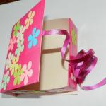 Крепим один такой квадратик с лентой сверху коробочки по центру и такой же снизу. | Оригинал: http://svoimi-rukami-club.ru/мастер-класс-подарочные-коробки-своими-руками/