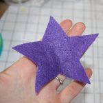 Возьмите самую большую звезду (заднюю часть) и держите ее в руке.