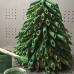 После того как Вы закончите с этим занятием, осторожно покрасьте макароны зеленой гуашью. Дайте краске подсохнуть, а затем легкими движениями на самые кончики наших ветвей наносим белую краску, имитируя снежок.