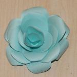 Старайтесь, чтобы лепестки разных слоёв были не друг на друге, а с небольшим смещением в сторону, так роза будет более красивой.