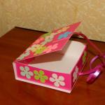 Готовыми цветочками оклеиваем коробочку сверху. | Оригинал: http://svoimi-rukami-club.ru/мастер-класс-подарочные-коробки-своими-руками/