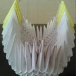 12. В широкой пропущенной части делаем хвостик. Так же, уменьшая на один модуль в каждом ряду. | Оригинал: http://svoimi-rukami-club.ru/модульное-оригами-лебедь-из-модулей/