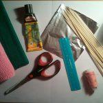Для РОЗЫ ВАМ ПОНАДОБИТСЯ: Розовая гофрированная бумага; Тонкая гофрированная бумага зелёного цвета; Деревянные стеки для гриля; Клей; Тонкая проволока; Небольшой кусочек фольги (18*14см) ; Нитки любого цвета; Острые ножницы.