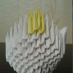 Так уменьшаем каждое крыло на один модуль, пока не выведем до одного модуля. Последние три верхних модуля я разбавила желтым цветом. | Оригинал: http://svoimi-rukami-club.ru/модульное-оригами-лебедь-из-модулей/