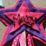 В последнюю минуту перед вечеринкой я решил добавить имя каждого ребенка к передней части палочки с опухшей краской.